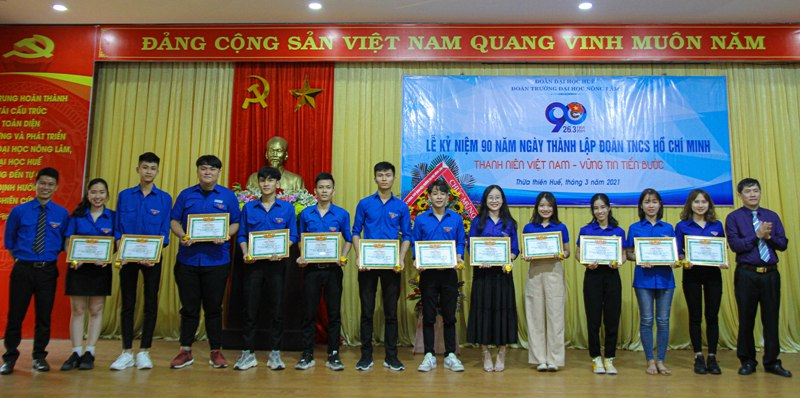 Khen thưởng cho các bạn Đoàn viên xuất sắc, có nhiều đóng góp cho các hoạt động ĐTN-HSV trường